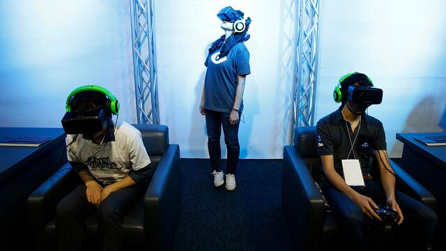 people-try-out-oculus-vr-s-headset-oculus-rift-development-kit-2-at-its-booth-in-tokyo-game-show-2014-in-makuhari_5453210.jpg